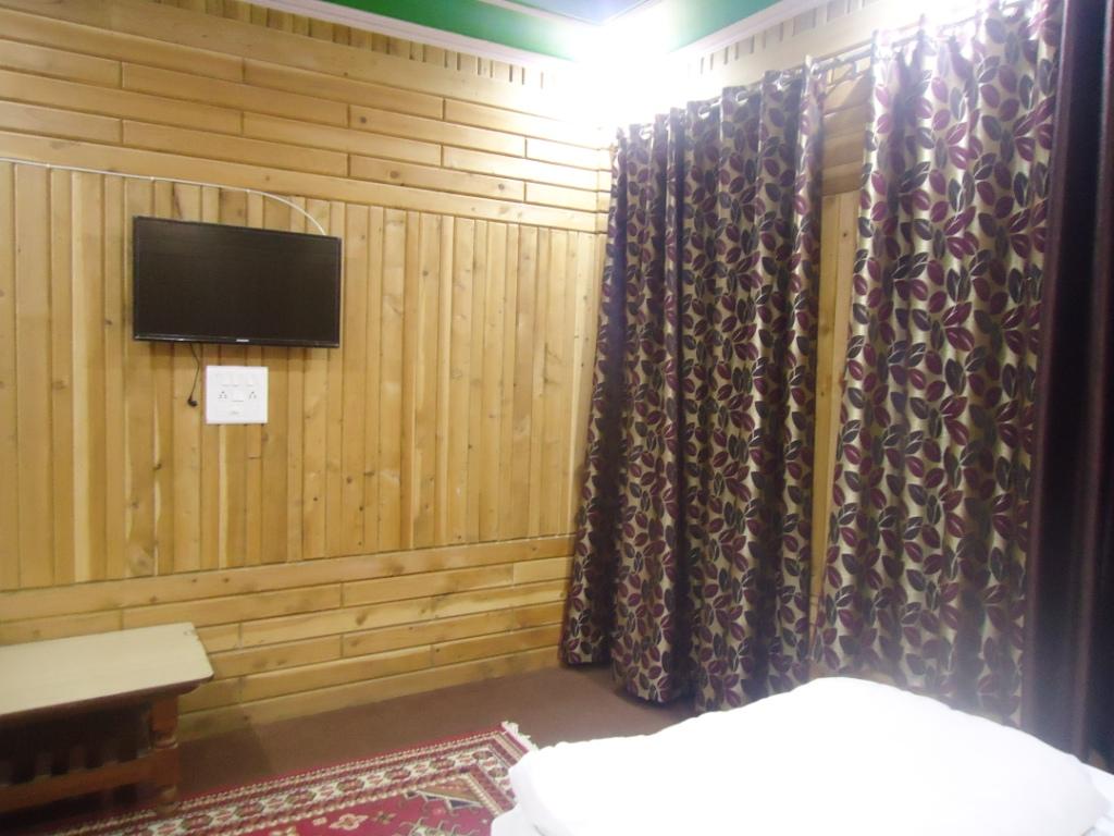 http://www.hotelranjeetpalace.com/files/uploads/2015/12/super-deluxe-room-wall.jpg